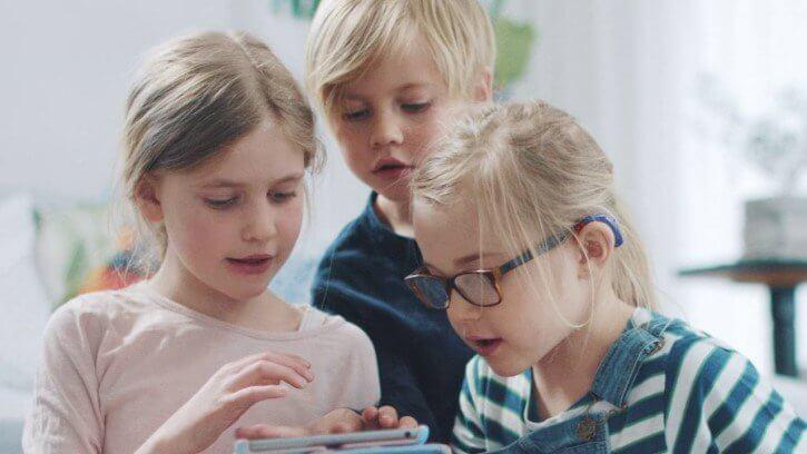 Hörgeräte für Kinder im Einsatz